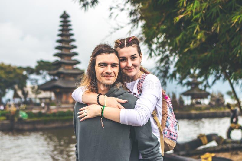 Νέο ρομαντικό ζεύγος των trourists στο υπόβαθρο ναών Ulan Danu Νησί του Μπαλί στοκ εικόνα