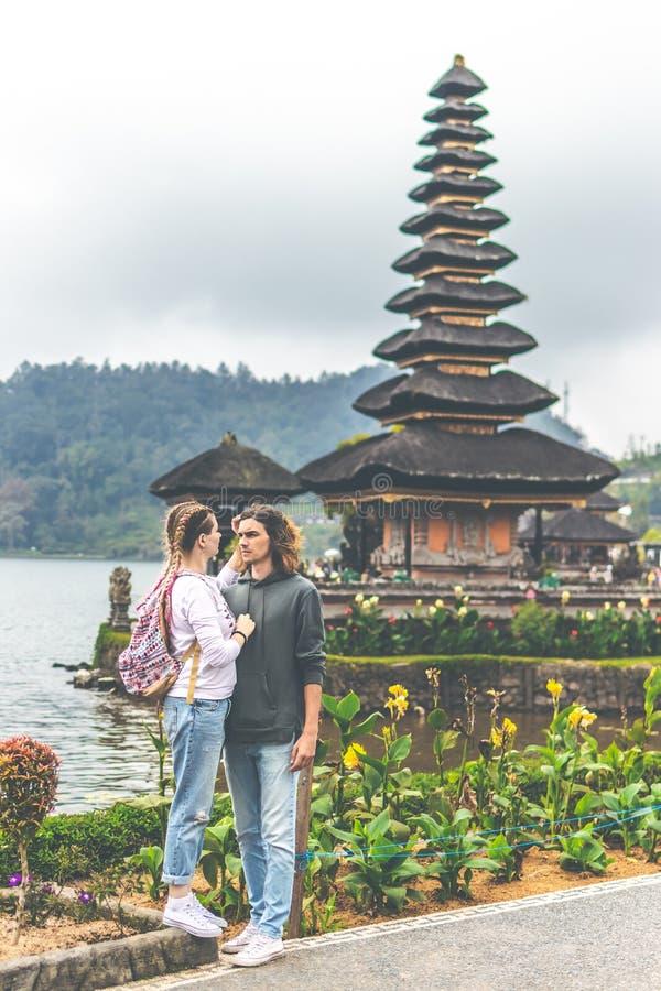 Νέο ρομαντικό ζεύγος των trourists στο υπόβαθρο ναών Ulan Danu Νησί του Μπαλί στοκ φωτογραφίες με δικαίωμα ελεύθερης χρήσης