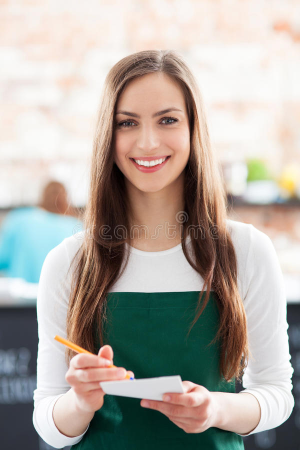 Πορτρέτο της σερβιτόρας στον καφέ στοκ φωτογραφία