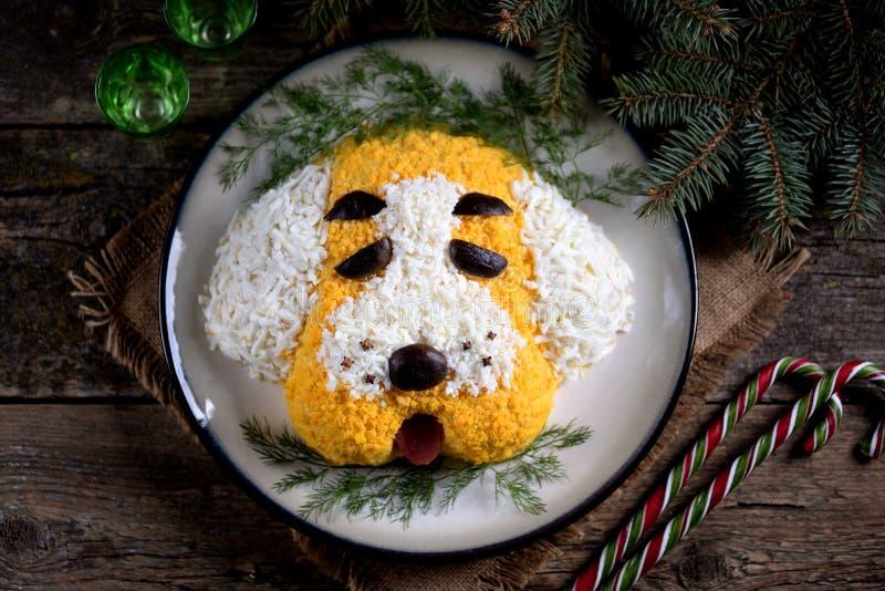 Νέο σκυλί ` σαλάτας ` έτους ` s για τον εορτασμό του 2018 - το έτος του κίτρινου σκυλιού Σαλάτα του καπνισμένου κοτόπουλου, βρασμ στοκ φωτογραφία