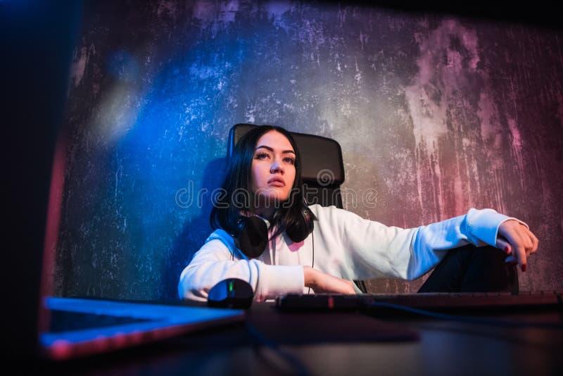 Νέο σοβαρό κορίτσι που εργάζεται στο σπίτι στο PC της, νευρική διακοπή, οικονομική ανησυχία ζητημάτων, ενιαία κατάθλιψη γυναικών στοκ εικόνα