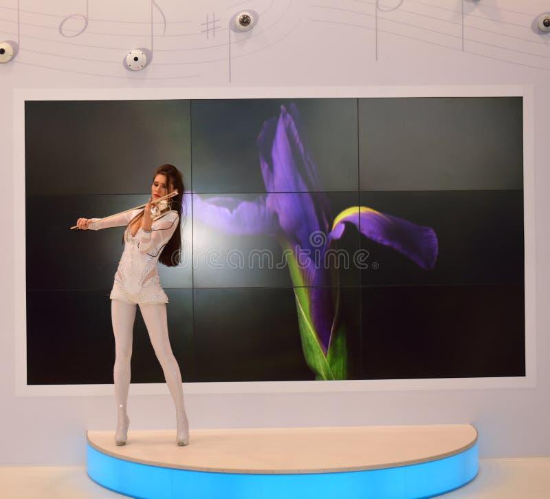Νέο σοβαρό κορίτσι που παίζει το βιολί στο κέντρο έκθεσης στοκ εικόνες
