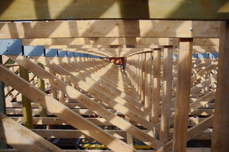 Νέο σπίτι αυτήν την περίοδο κάτω από την κατασκευή και την ξύλινη στέγη στοκ φωτογραφίες