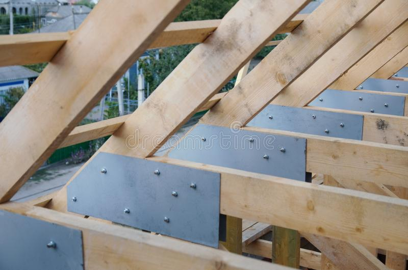 Νέο σπίτι αυτήν την περίοδο κάτω από την κατασκευή και το ξύλινο rof στοκ φωτογραφία