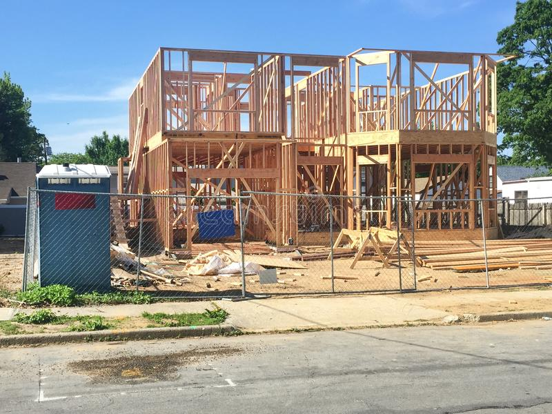 Νέο σπίτι που χτίζεται στην προαστιακή γειτονιά στοκ φωτογραφίες