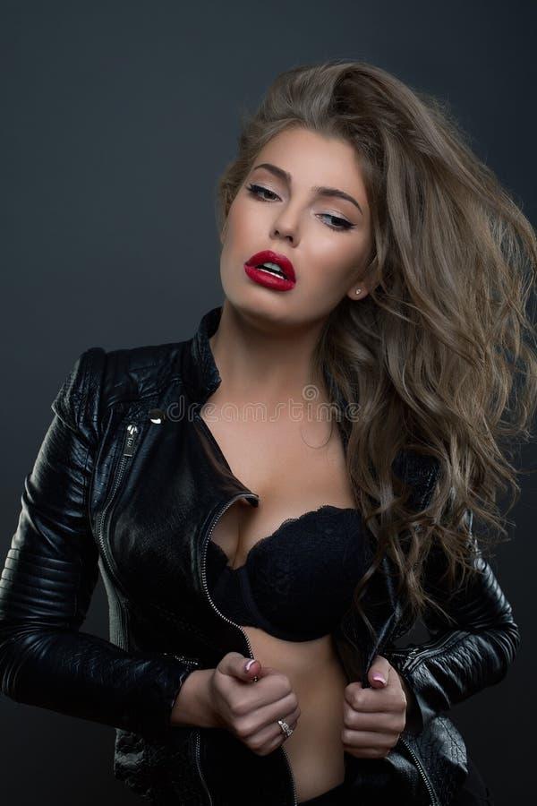 Νέο στούντιο γυναικών ομορφιάς πορτρέτου μόδας που πυροβολείται στο σκοτεινό BG phot στοκ εικόνες