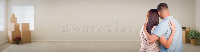 Νέο στρατιωτικό ζεύγος που φαίνεται εσωτερικό δωμάτιο με το έμβλημα κιβωτίων στοκ εικόνες με δικαίωμα ελεύθερης χρήσης