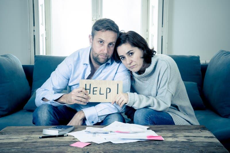 Νέο συναίσθημα ζεύγους λυπημένο και που τονίζεται πληρώνοντας την υποθήκη χρεών λογαριασμών που έχει τα οικονομικά προβλήματα στοκ φωτογραφίες