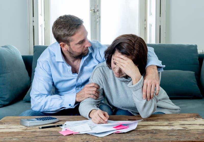 Νέο συναίσθημα ζεύγους λυπημένο και που τονίζεται πληρώνοντας την υποθήκη χρεών λογαριασμών που έχει τα οικονομικά προβλήματα στοκ φωτογραφία