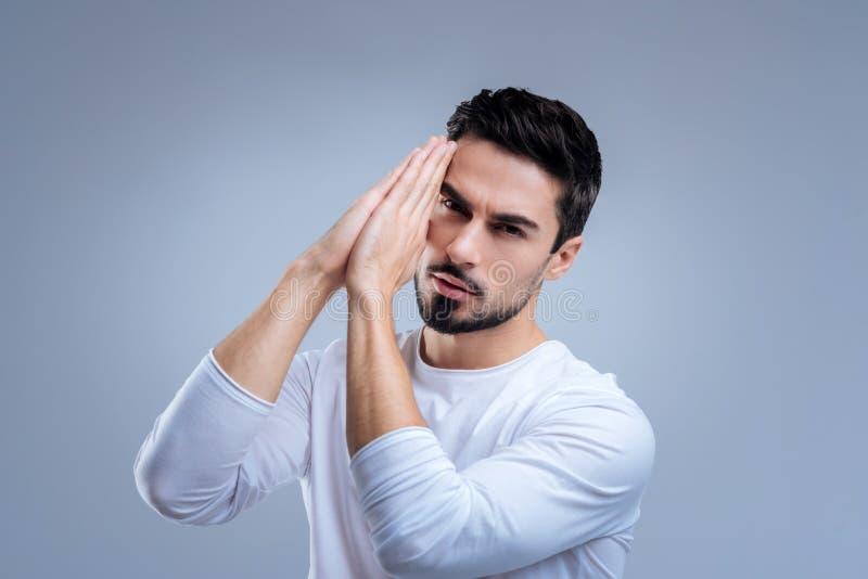 Νέο συναισθηματικό άτομο που προσεύχεται για την υγεία των στενών ανθρώπων του στοκ εικόνες