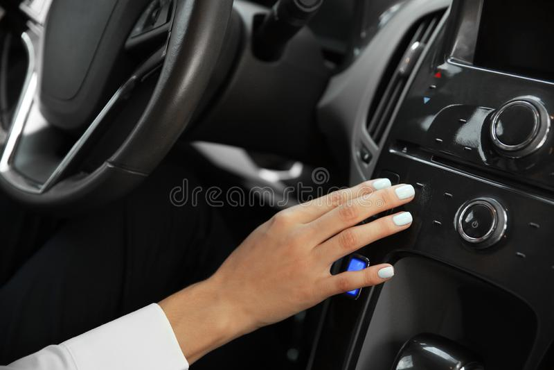 Νέο συντονίζοντας ραδιόφωνο γυναικών στο αυτοκίνητο, κινηματογράφηση σε πρώτο πλάνο στοκ εικόνα με δικαίωμα ελεύθερης χρήσης