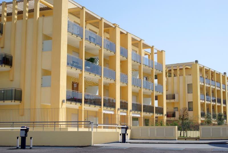 Νέο σύγχρονο κτήριο συγκυριαρχιών στοκ φωτογραφίες