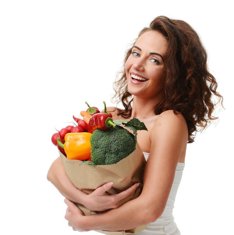 Νέο σύνολο τσαντών αγορών εγγράφου παντοπωλείων εκμετάλλευσης γυναικών των φρέσκων λαχανικών Υγιής έννοια κατανάλωσης διατροφής στοκ εικόνες με δικαίωμα ελεύθερης χρήσης