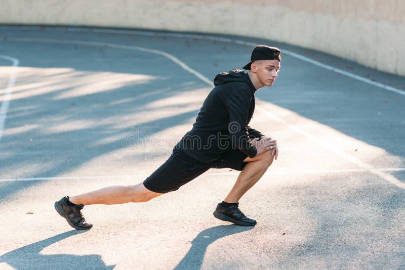 Νέο τέντωμα αθλητικών τύπων στο στάδιο στοκ εικόνες