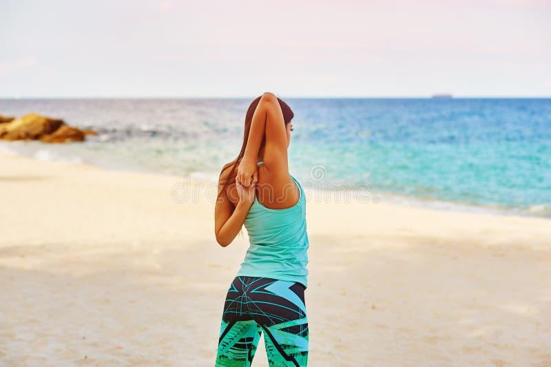 Νέο τέντωμα γυναικών στην παραλία στοκ φωτογραφίες με δικαίωμα ελεύθερης χρήσης