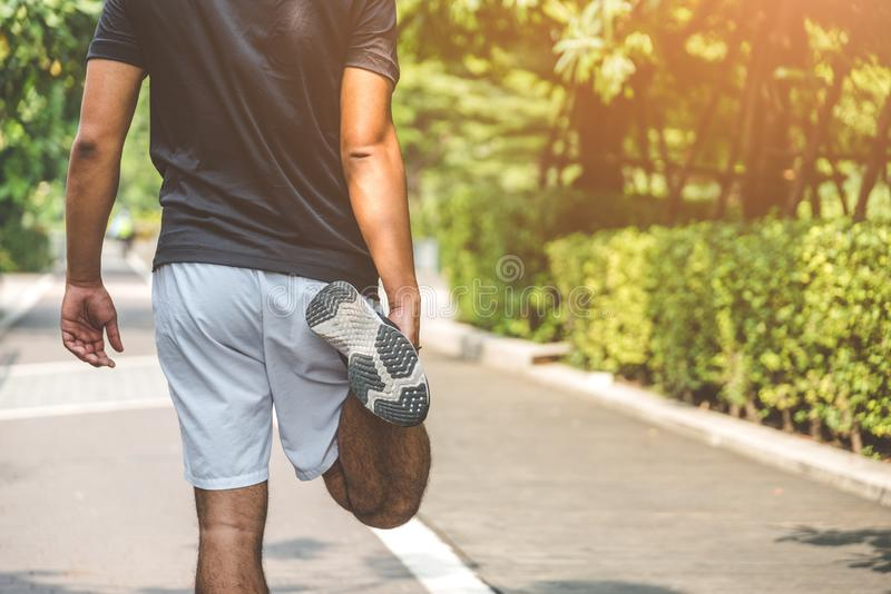Νέο τέντωμα δρομέων ατόμων ικανότητας πριν από το τρέξιμο με τις διαστημικές υγιείς έννοιες τρόπου ζωής και αθλητισμού αντιγράφων στοκ εικόνες με δικαίωμα ελεύθερης χρήσης
