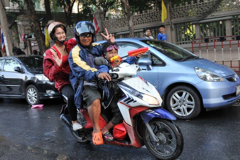 νέο ταϊλανδικό έτος revellers στοκ φωτογραφία
