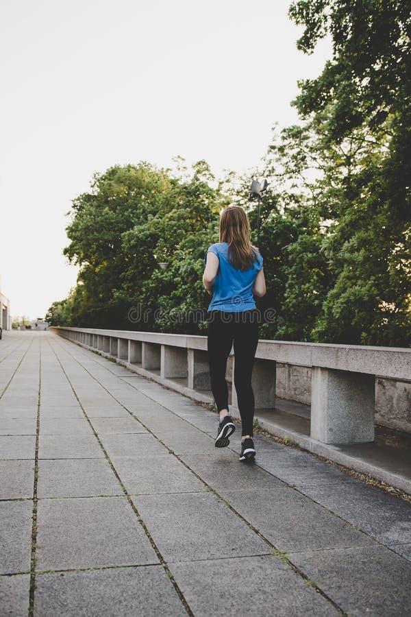 Νέο τρέξιμο γυναικών, που στην πόλη Άσκηση υπαίθρια στοκ φωτογραφία με δικαίωμα ελεύθερης χρήσης