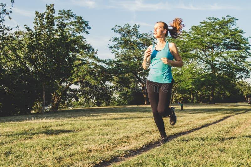 Νέο τρέξιμο γυναικών, που στο πάρκο Άσκηση υπαίθρια στοκ φωτογραφία με δικαίωμα ελεύθερης χρήσης