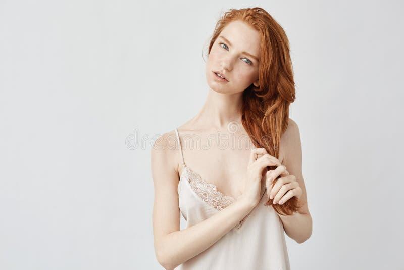 Νέο τρυφερό redhead πρότυπο που εξετάζει τη κάμερα σχετικά με την τρίχα στοκ εικόνες με δικαίωμα ελεύθερης χρήσης