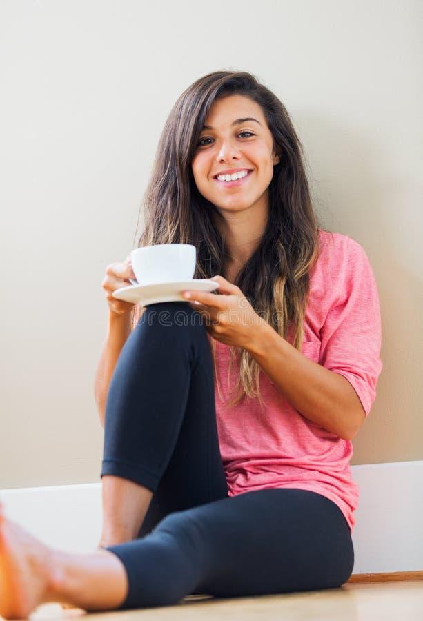 Νέο τσάι κατανάλωσης γυναικών στοκ φωτογραφία με δικαίωμα ελεύθερης χρήσης