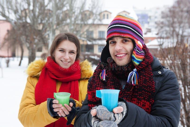 Νέο τσάι κατανάλωσης ζευγών το χειμώνα στοκ φωτογραφίες με δικαίωμα ελεύθερης χρήσης