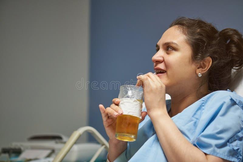 Νέο υπομονετικό ποτό γυναικών στοκ εικόνες