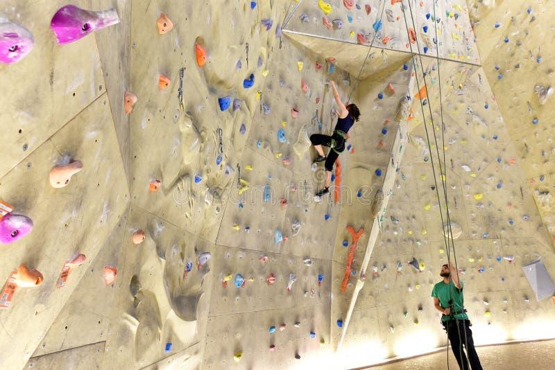 Νέο φίλαθλο ζεύγος των ορειβατών σε μια αίθουσα αναρρίχησης στοκ εικόνες με δικαίωμα ελεύθερης χρήσης