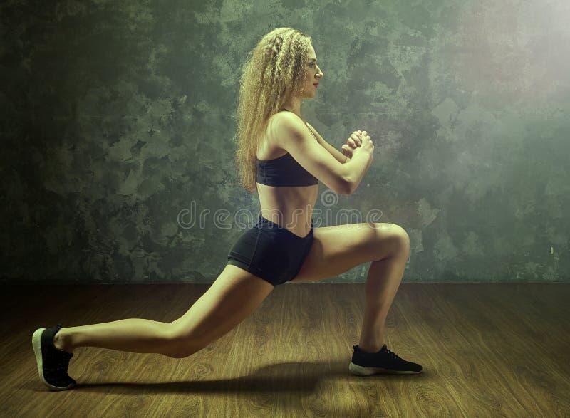 Νέο φίλαθλο κορίτσι με το αθλητικό σώμα στοκ φωτογραφία