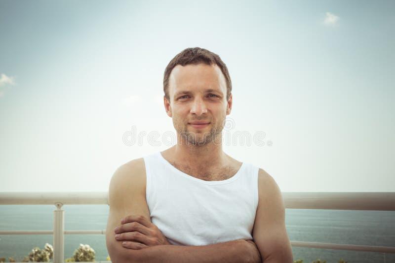Νέο φίλαθλο χαμογελώντας ευρωπαϊκό άτομο στο άσπρο πουκάμισο στοκ φωτογραφία με δικαίωμα ελεύθερης χρήσης