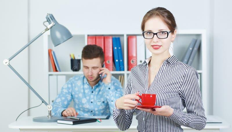 Νέο φλιτζάνι του καφέ εκμετάλλευσης επιχειρησιακών γυναικών Νέοι συνέταιροι που συζητούν τις ιδέες για ένα ξεκίνημα στη συνεδρίασ στοκ εικόνες με δικαίωμα ελεύθερης χρήσης