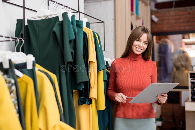Νέο χαμογελώντας κορίτσι στο κατάστημα στοκ εικόνες