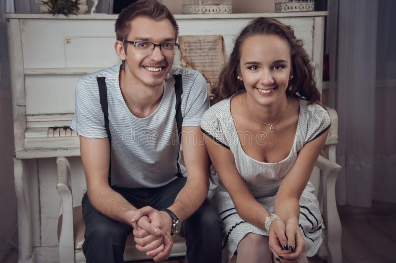 Νέο χαμογελώντας ζεύγος στην κατηγορία μουσικής στοκ εικόνα με δικαίωμα ελεύθερης χρήσης