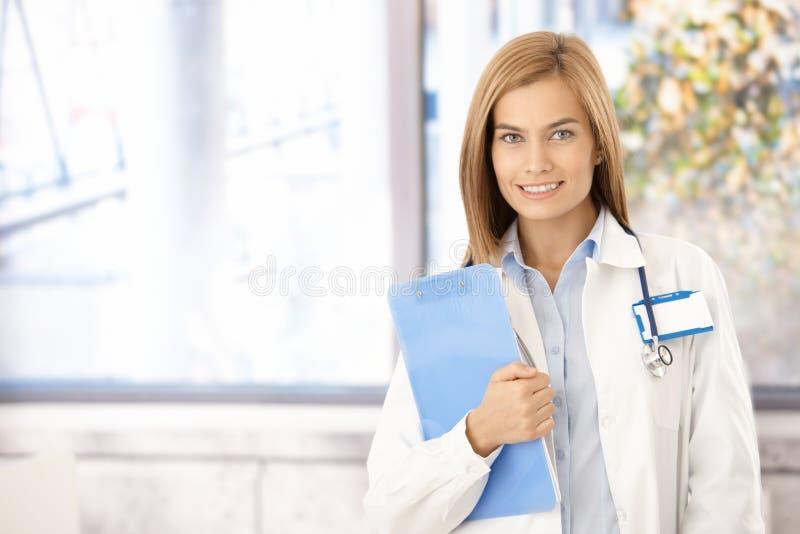 Νέο χαμόγελο φοιτητών Ιατρικής στην αρχή στοκ εικόνα με δικαίωμα ελεύθερης χρήσης