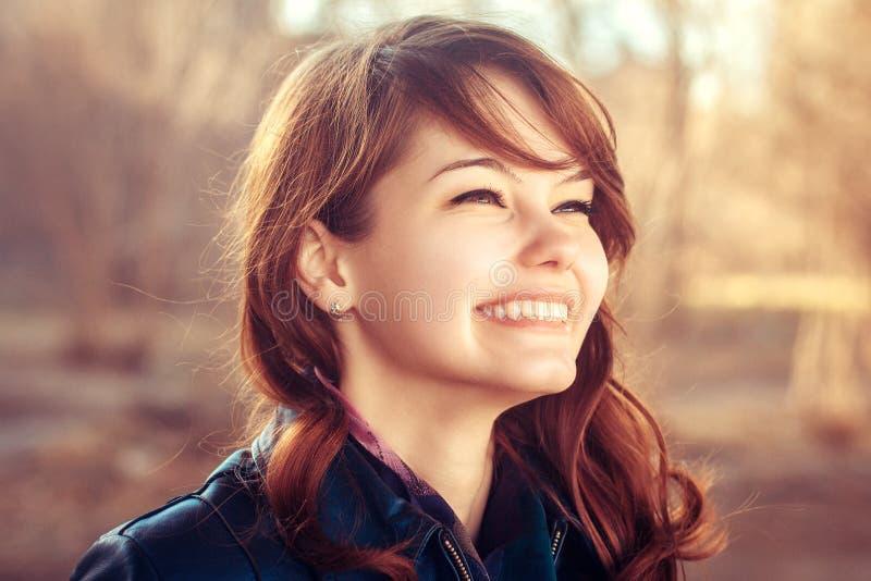 Νέο χαμόγελου πορτρέτο κινηματογραφήσεων σε πρώτο πλάνο άνοιξη κοριτσιών υπαίθριο στοκ εικόνες