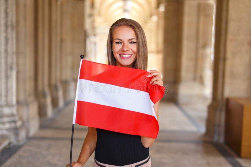 Νέο χαμόγελο γυναικών με την αυστριακή σημαία στοκ φωτογραφία με δικαίωμα ελεύθερης χρήσης
