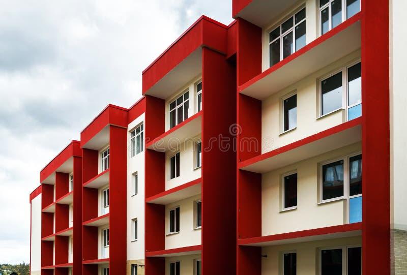 Νέο χαρακτηριστικό κτήριο διαμερισμάτων οικονομίας στοκ εικόνες