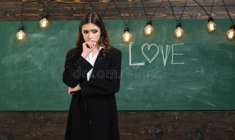 Νέο χαριτωμένο έφηβη στην τάξη στον πίνακα Έτοιμος για το σχολείο E r στοκ εικόνες
