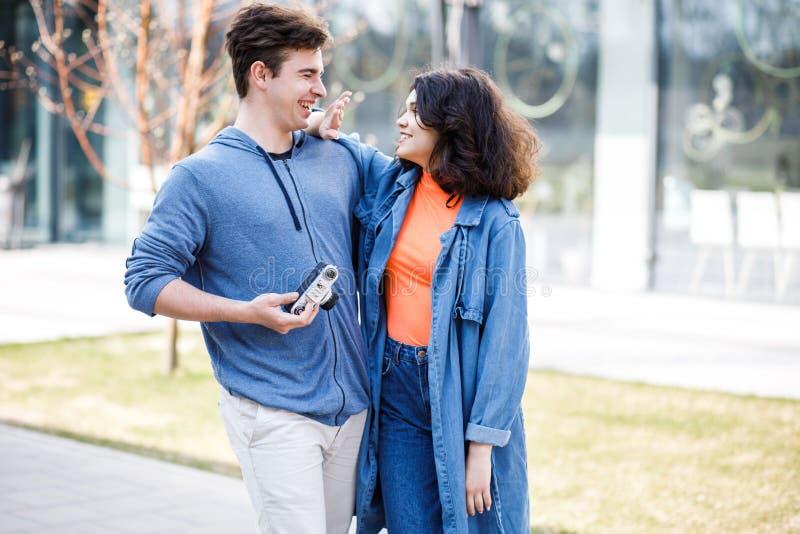 Νέο χαριτωμένο ζεύγος - ένα αγόρι και ένα κορίτσι που περπατούν γύρω από την πόλη και που φωτογραφίζουν Ένα ζεύγος έχει το χρόνο  στοκ φωτογραφίες με δικαίωμα ελεύθερης χρήσης