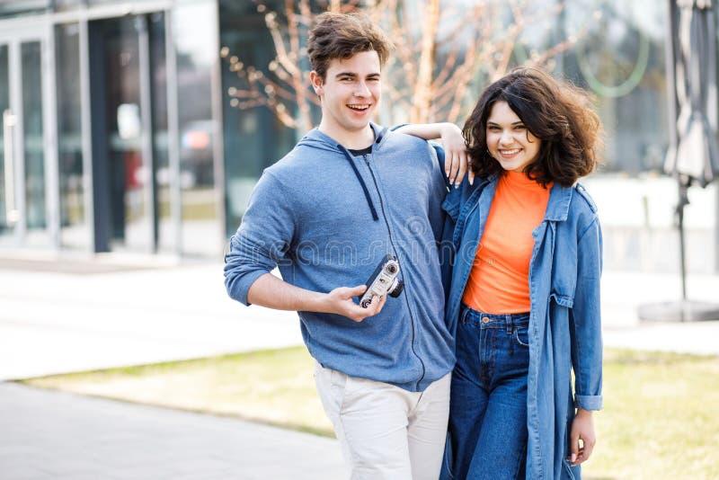 Νέο χαριτωμένο ζεύγος - ένα αγόρι και ένα κορίτσι που περπατούν γύρω από την πόλη και που φωτογραφίζουν Ένα ζεύγος έχει το χρόνο  στοκ εικόνες