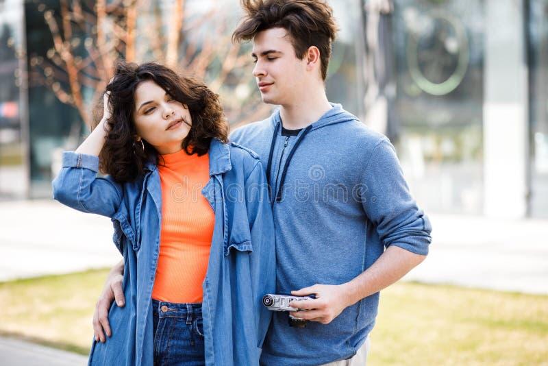 Νέο χαριτωμένο ζεύγος - ένα αγόρι και ένα κορίτσι που περπατούν γύρω από την πόλη και που φωτογραφίζουν Ένα ζεύγος έχει το χρόνο  στοκ εικόνα με δικαίωμα ελεύθερης χρήσης