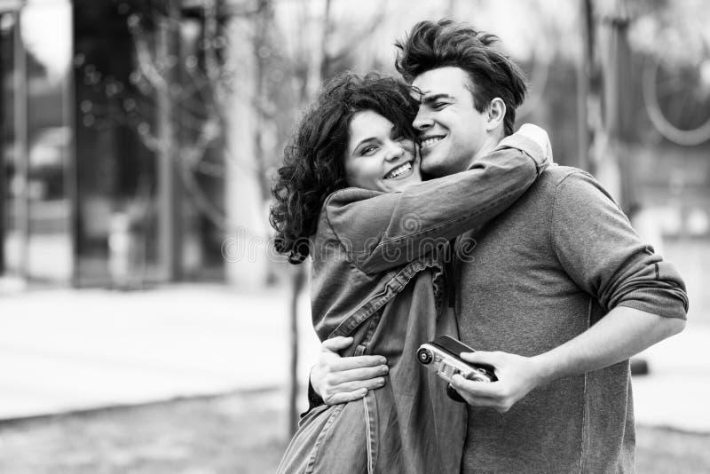 Νέο χαριτωμένο ζεύγος - ένα αγόρι και ένα κορίτσι που περπατούν γύρω από την πόλη και που φωτογραφίζουν Ένα ζεύγος έχει το χρόνο  στοκ φωτογραφία