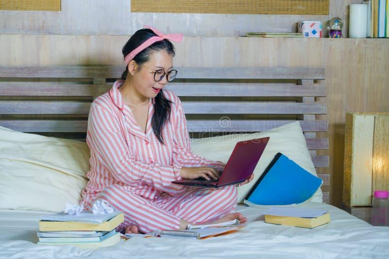Νέο χαριτωμένο και ευτυχές nerdy ασιατικό κορεατικό κορίτσι εφήβων σπουδαστών στα γυαλιά nerd και κορδέλλα τρίχας που μελετά στο  στοκ φωτογραφία με δικαίωμα ελεύθερης χρήσης