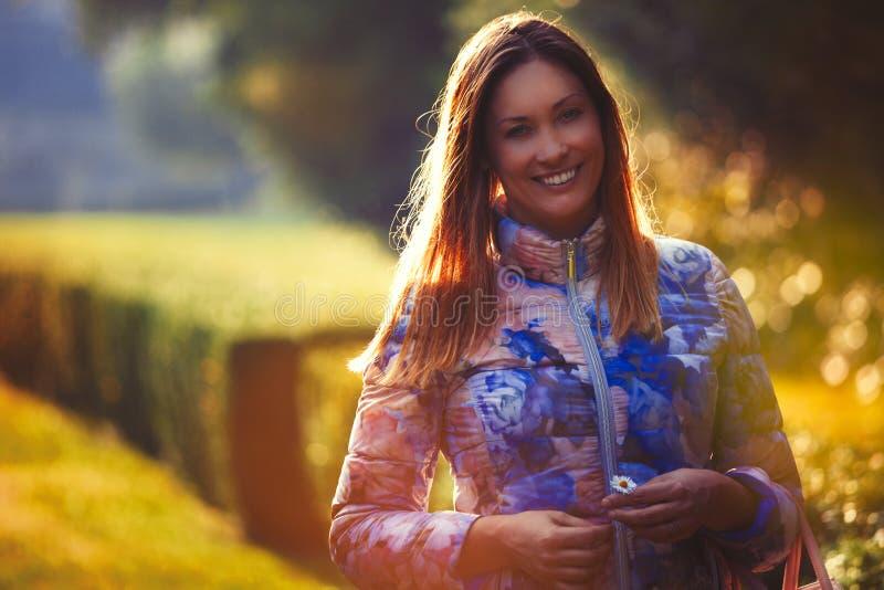 Νέο χαρούμενο ερωτευμένο, υπαίθριο backlight γυναικών Συγκινήσεις και ευτυχία στοκ φωτογραφία