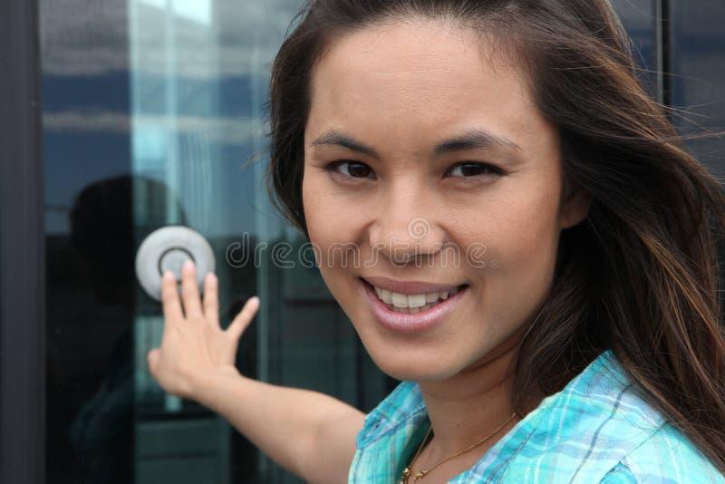 Νέο χτυπώντας κουδούνι γυναικών στοκ φωτογραφίες