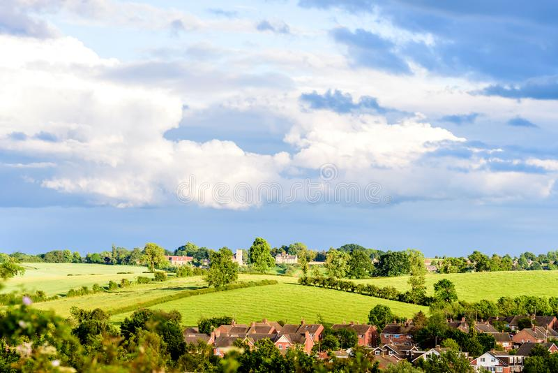 Νέο χωριό κτημάτων στην Αγγλία με το νεφελώδη ουρανό στο ηλιόλουστο βράδυ στοκ εικόνα με δικαίωμα ελεύθερης χρήσης