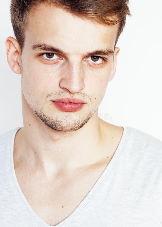 Νέο όμορφο άτομο άσπρο υποβάθρου, υπόδειξη, που θέτει το συναισθηματικό, χαριτωμένο τύπο προκλητικό στοκ φωτογραφία με δικαίωμα ελεύθερης χρήσης