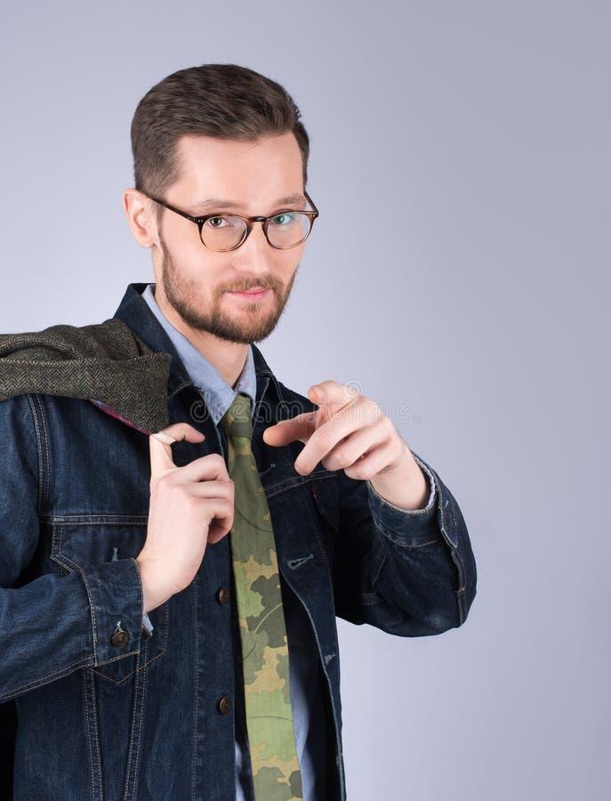 Νέο όμορφο άτομο που δείχνει το δάχτυλο Μοντέρνα ενδύματα, mustache στοκ εικόνα με δικαίωμα ελεύθερης χρήσης
