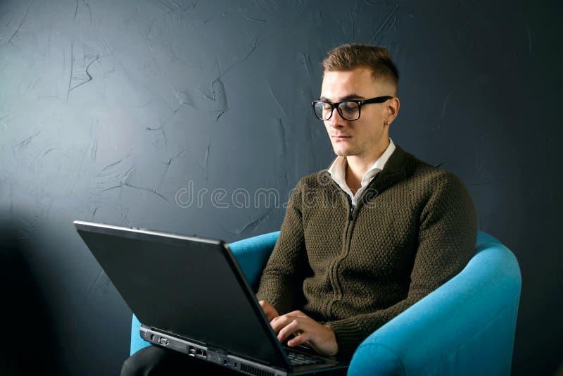 Νέο όμορφο άτομο που εργάζεται με το lap-top στοκ φωτογραφία με δικαίωμα ελεύθερης χρήσης