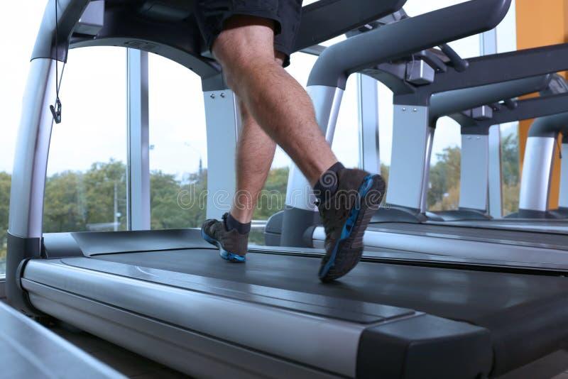 Νέο όμορφο άτομο που τρέχει treadmill στοκ φωτογραφία